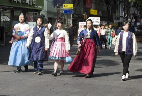 13일 오전 서울 종로구 인사동길에서 진행된 '한복 크로스드레싱 퍼레이드'에서 참가자들이 자신의 성별을 떠나 원하는 성별의 한복을 입고 행진을 하고 있다. ⓒ이정실 사진기자