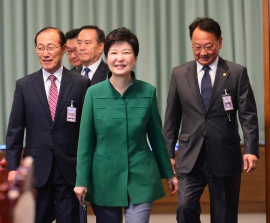 박근혜 대통령이 11일 청와대 위민관에서 국무회의(화상)를 주재하기 위해 입장하고 있다. ⓒ뉴시스·여성신문