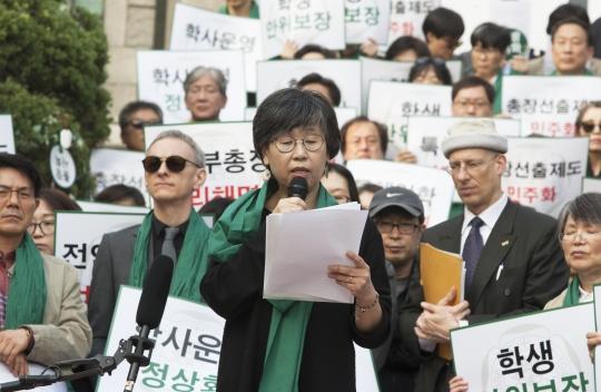 19일 이화여대에서 비리척결을 촉구하는 시위가 열리고 있다. 시위에는 교수 100여명과 학생 1500여명이 참가하고 있다. ⓒ이정실 사진기자