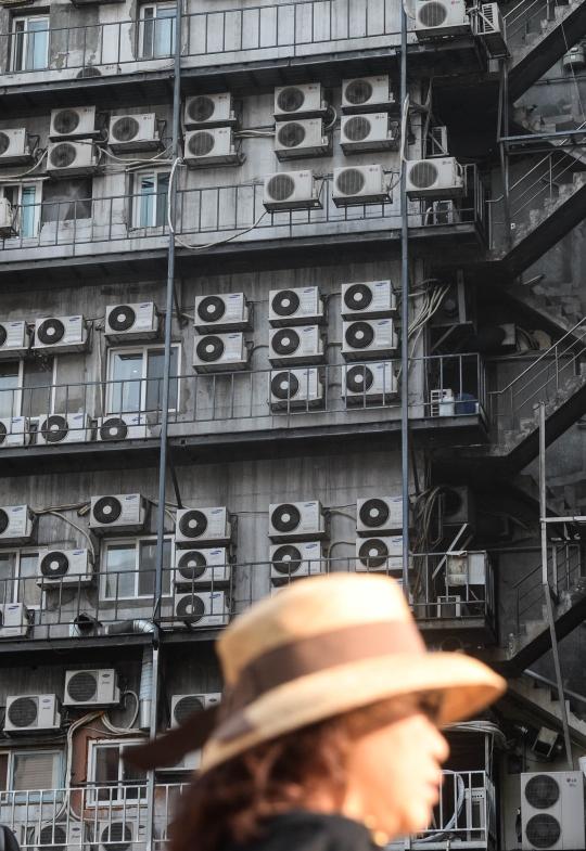 서울 중구 남대문로에 에어컨 실외기로 가득찬 외벽앞을 시민들이 지나가고 있다. ⓒ뉴시스·여성신문