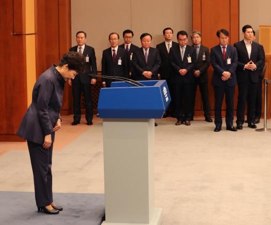 박근혜 대통령이 25일 오후 청와대 춘추관에서 최순실에 대한 연설문 유출 의혹과 관련해 대국민사과를 발표 후 인사하고 있다. ⓒ뉴시스·여성신문