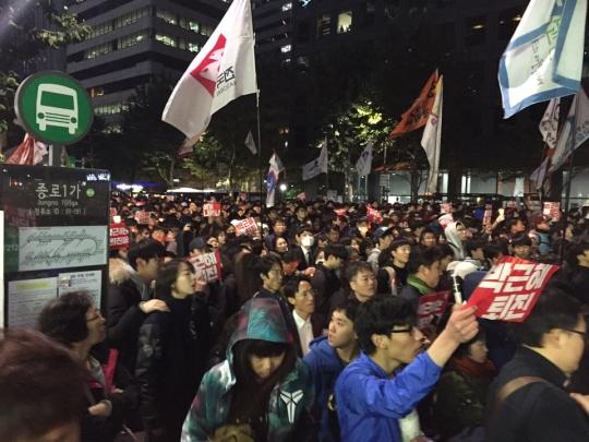 시민들은 촛불집회를 마친 후 오후 7시반부터 청계광장을 시작으로 '박근혜 퇴진'을 외치며 거리행진을 시작했다. 행진은 '광교-보신각-종로2가-북인사마당'까지 진행됐다. ⓒ진주원 기자