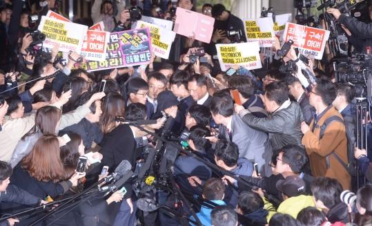 비선실세 의혹을 받고 있는 최순실이 31일 오후 서울중앙지방검찰청에 검찰 조사를 받기 위해 입장하고 있다. ⓒ뉴시스·여성신문