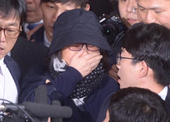 비선실세 의혹을 받고 있는 최순실이 10월 31일 오후 서울중앙지방검찰청에 검찰 조사를 받기 위해 입장하고 있다. ⓒ뉴시스·여성신문