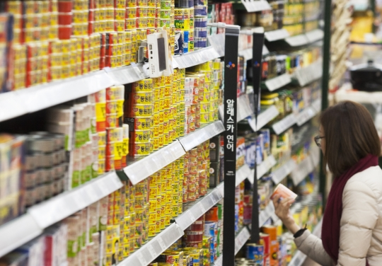 캐나다산 카놀라유는 대부분이 GMO다. 참치통조림의 기름도 카놀라유(또는 GMO면실유)다. 서울시내 한 대형마트에서 소비자가 참치캔을 고르고 있다. ⓒ이정실 사진기자
