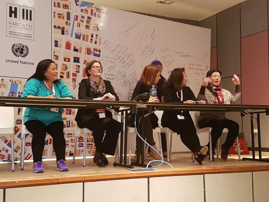 서울시여성가족재단 강경희(오른쪽) 대표가 지난 17~20일 남미 에콰도르 키토에서 열린 유엔 해비타트 3차 총회에 참석해 '여성이 안전한 도시를 위한 권고문'을 발표하고 전 세계 도시의 참여를 권유하고 있다. ⓒ서울시여성가족재단