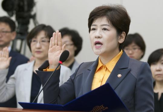 지난 10월 18일 국회에서 열린 여성가족위원회 국정감사에 강은희 여성가족부 장관이 출석해 증인선서를 하고 있다. ⓒ이정실 사진기자