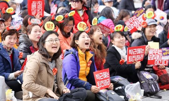 12일 오후 서울 종로구 서울역사박물관 앞에서 열린 여성대회 '싸우는 우리가 이긴다'에 참석한 시민들이 구호를 외치고 있다. ⓒ변지은 기자