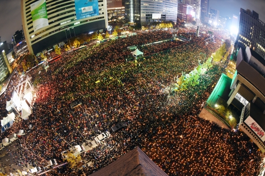'박근혜 대통령 퇴진'을 요구하는 민중총궐기 대회가 12일 서울 세종로, 태평로 일대에서 열린 가운데 수십만의 참가자가 촛불을 밝히고 있다. ⓒ뉴시스·여성신문