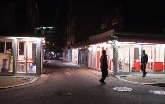 지난 3월 17일 서울 동대문구 청량리동 성매매집결지를  남성들이 지나가고 있다. ⓒ이정실 여성신문 사진기자