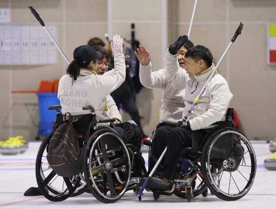 한국 휠체어 컬링 국가대표팀 선수들이 경기에 앞서 파이팅을 외치고 있다. ⓒ강원도청