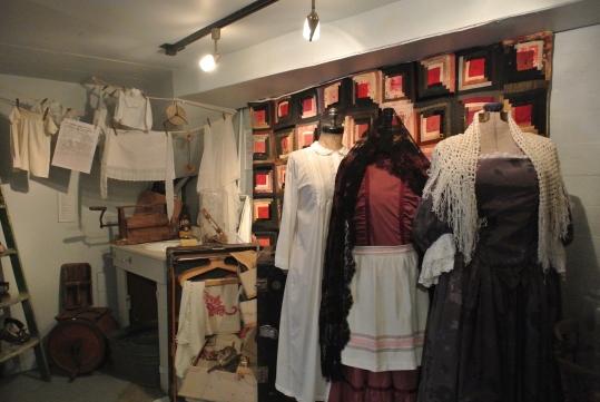 초기 식민지 시대 퀘벡여성들의 의복을 재현했다. 뒤편으로 세탁실이 전시돼 있다. ⓒ기계형
