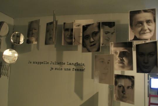 """지하 상설전시관 입구. 역사 속에서 자신의 목소리를 내지 못했던 여성들의 기억을 발굴하고자 하는 사진전 제목이 의미심장하다. """"내 이름은 줄리엣 랑글루아입니다. 나는 여자입니다."""" ⓒ기계형"""