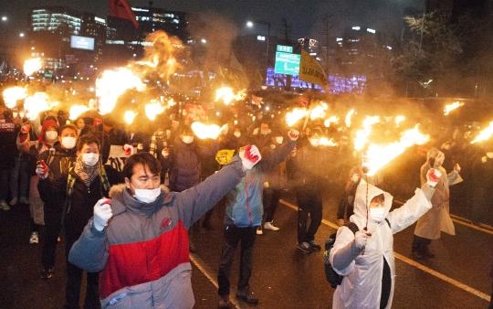 촛불 대신 횃불을 들고 청와대로 행진하는 시민들 ⓒ이정실 사진기자