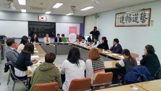 지난 11월 21일 서귀포학생문화원에서 열린 제주워킹패밀리포럼에서 참석자들이 열띤 분위기속에서 토론하고 있다.