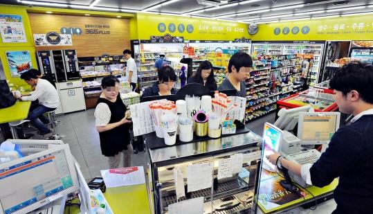 최근 20·30 세대를 중심으로 색다르고 고급스러운 편의점 식음료 제품을 즐기는 문화가 형성되고 있다. 사진은 결제를 하기 위해 줄 서 있는 편의점 손님들. ⓒ뉴시스·여성신문