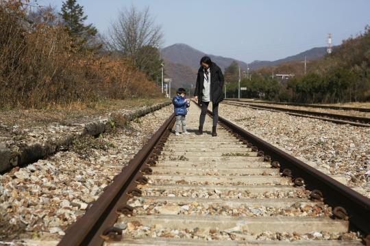 구둔역 철길을 엄마와 아들이 걷고 있다. ⓒ한국관광공사