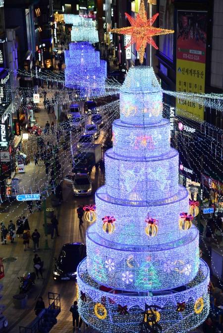 성탄절을 한 달여 앞두고 부산 중구 광복로에 설치된 높이 17m 크기의 케익 모양 트리가 환하게 불을 밝히고 있다. 광복로 일대에선 내년 1월 8일까지 제8회 부산 크리스마스 트리문화축제가 열리고 있다. ⓒ뉴시스·여성신문