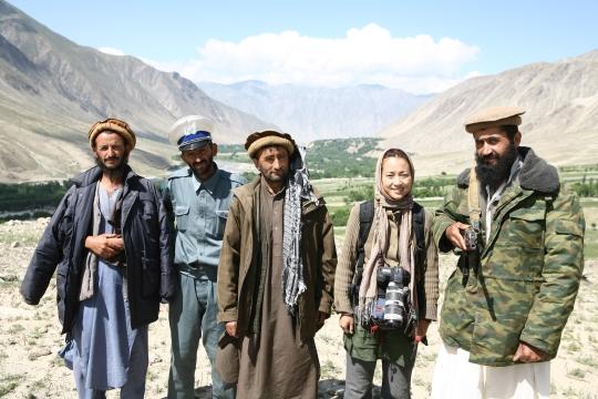 프리랜서 사진기자 정은진씨가 2007년 아프가니스탄 바닥샨주에서 쇼하다 지역 경찰서장(오른쪽)과 함께 기념촬영을 하고 있다. ⓒ정은진 제공