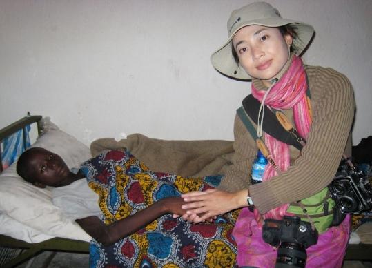 2008년 콩고민주공화국 고마시 케셰로 병원의 성폭력 피해여성 병동에 있던 18세 소녀 이마퀼레와 함께 사진을 찍고 있는 정은진씨. ⓒ정은진 제공