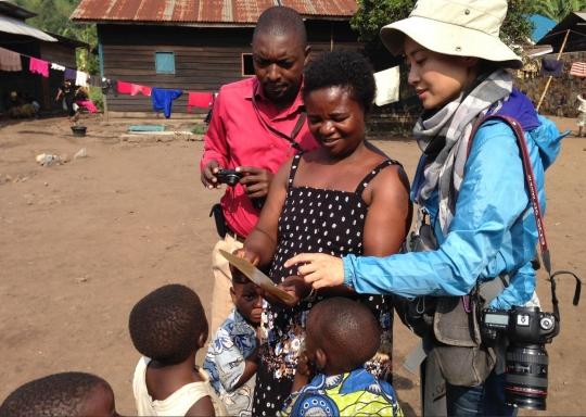 정은진씨는 2014년 콩고민주공화국 남키부주 미노바에 사는 마시카(가운데)를 만나 정대협 나비기금을 전달했다. ⓒ정은진 제공