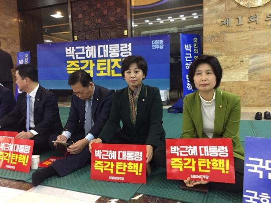 9일 국회 본관 2층 로텐더홀에 마련된 탄핵 촉구 농성장에 참석한 국회 여성가족위원장인 (왼쪽부터)남인순 더불어민주당 의원과 백혜련 의원. ⓒ진주원 여성신문 기자