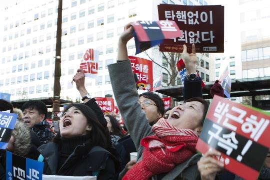 9일 박근혜 대통령 국회 탄핵안이 국회에서 가결되자 엄마와 아이들이 국회 앞에서 함께 환호하고 있다. ⓒ이정실 사진기자