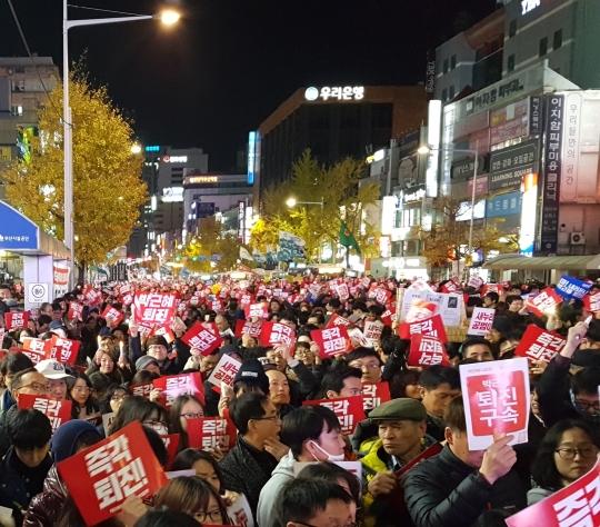 박근혜정권퇴진 부산운동본부는 지난 3일 부산 서면대로에서 5차 부산시국대회를 열었다. ⓒ김수경 기자