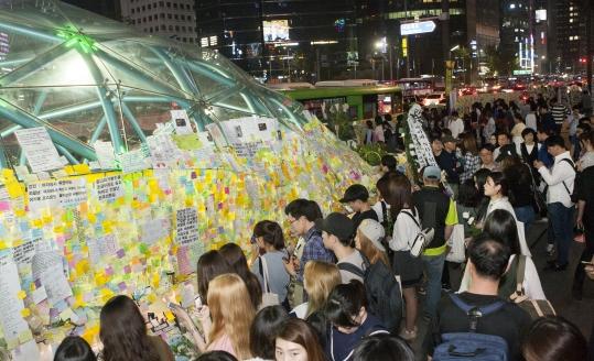 지난 5월 강남역 인근에서 여성 살해 사건이 발생하자, 여성들은 강남역 10번 출구에 모여 희생자를 추모하는 메시지를 담은 포스트잇을 붙이기 시작했다. ⓒ이정실 여성신문 사진기자