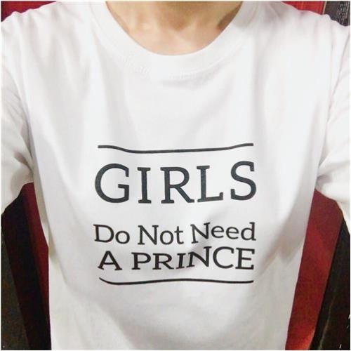 성우 김자연씨가 7월 18일 자신의 트위터에 올린 '메갈리아' 후원 티셔츠 인증 사진. ⓒ김자연 트위터 캡처