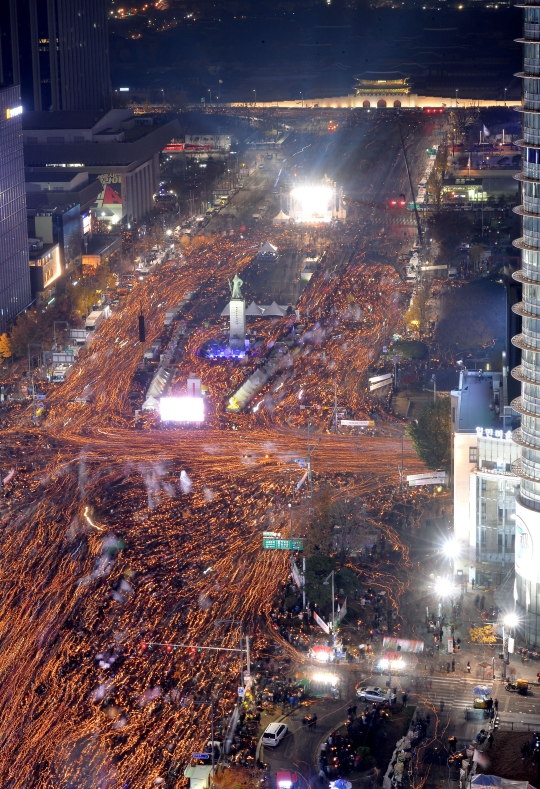 지난 11월 19일 서울 광화문광장에서 최순실 게이트 진상규명과 박근혜 대통령 퇴진을 촉구하는 4차 2016 민중 총궐기 대회에 참석한 시민들이 촛불을 들고 행진을 하고 있다.