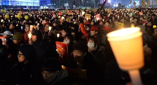 17일 오후 서울 광화문 광장에서 열린 박근혜 대통령 즉각 퇴진을 위한 제8차 촛불집회에서 참석자들이 촛불을 들고 구호를 외치고 있다. ⓒ뉴시스·여성신문