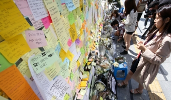 지난 5월 오전 서울 서초구 강남역 10번 출구에서 시민들이 여자라는 이유로 희생된 '여성혐오 살인' 피해자를 추모하고 있다. ⓒ변지은 기자