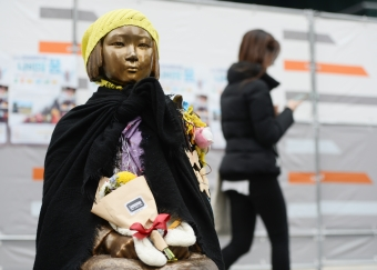 서울 종로구 일본대사관 앞에 세워져 있는 평화의 소녀상. ⓒ뉴시스·여성신문