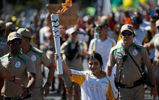 브라질에서 새 삶을 찾은 시리아 난민 소녀 하난 칼레드 다카흐가 리우 올림픽 브라질 성화봉송 주자로 나서 화제를 모았다. ⓒRio 2016/André Mourao