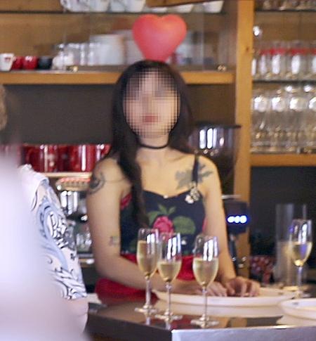 정유라가 지난 6월 23일 독일 프랑크푸르트 인근 '비덱 타우누스 호텔'에서 파티를 즐기고 있다. 정유라의 몸에 문신이 새겨 있다. ⓒ중앙일보 제공