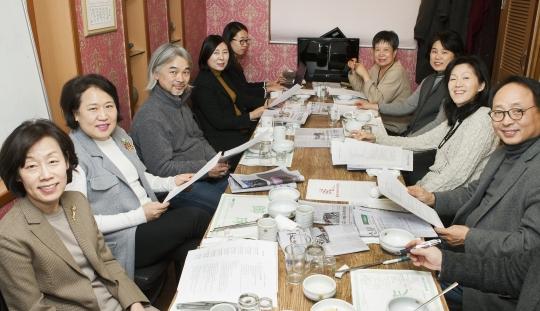 여성신문 편집위원회 외부위원들이 12월 14일 편집위원회 회의를 하고 있다. ⓒ이정실 사진기자