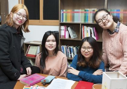 3일 서울 동대문구의 한 사무실에서 '청소년 페미니즘 모임'의 봄다, 태양, 혜민, 지혜(왼쪽부터)씨를 만났다. 이들은 지난해 6월부터 오프라인 중심의 모임을 이어가다 12월 SNS로 활동 반경을 넓혔다. ⓒ이정실 사진기자