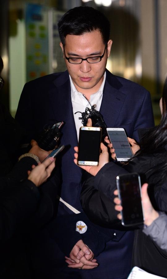 한화그룹 김승연 회장의 셋째 아들 김동선(한화건설 팀장) 씨가 5일 오후 서울 강남구 강남경찰서를 나와 수서경찰서로 이감되며 취재진의 질문에 답하고 있다. ⓒ뉴시스·여성신문