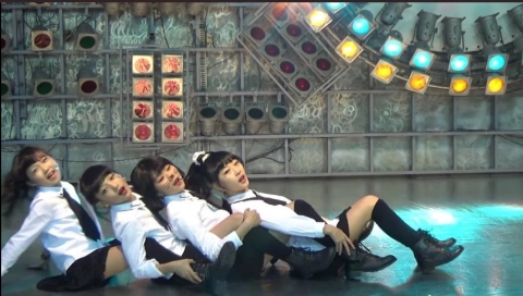 키즈 걸그룹 '프리티'는 짧은 치마를 입고 무대서 성인 걸그룹의 안무를 춰 SNS상에서 '로리타' 논란을 불러일으켰다. ⓒ유튜브 영상 캡처