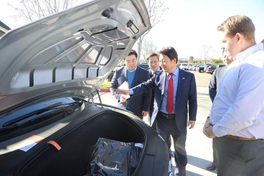 권영진 대구광역시장이 5일 오전(현지 기준) 미국 캘리포니아주 프리몬트시에 소재한 테슬라 팩토리를 방문해 테슬라 모터스측으로부터 자율주행자동차에 대한 설명을 듣고 있다. ⓒ대구광역시