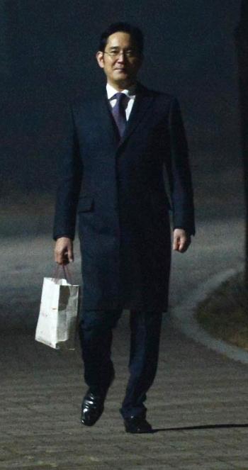 430억원대의 뇌물공여와 횡령·위증 등의 혐의로 청구된 구속영장이 기각된 이재용 삼성전자 부회장이 19일 오전 경기도 의왕시 서울구치소에서 나오고 있다. ⓒ뉴시스·여성신문