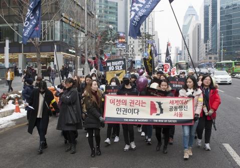 """21일 오후 2시 강남역 10번출구에서 한국여성인권행진(Womens March on Seoul) 열렸다. 2000여명의 여성들은 이날 """"My body my choice!"""" """"여성혐오 뿌셔뿌셔"""" """"페미가 당당해야 나라가 산다""""등의 구호를 외치며 여성 권리를 지지했다."""