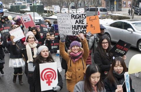 21일 서울 강남역 일대에서 펼쳐진 한국여성인권행진에 참가한 여성들이 여성 권리를 지지하는 피켓을 들고 행진하고 있다. 외국인 여성과 남성들도 다수 참가했다. ⓒ이정실 사진기자