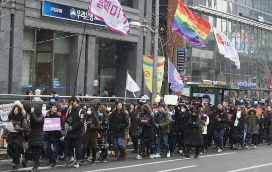 21일 오후 강남역 10번출구에서 열린 한국여성인권행진에는 2000여명의 여성들이 참가했다. ⓒ이정실 사진기자