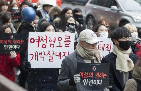 굵은 눈발이 흩날리는 궂은 날씨에도 행진 참가자들은 구호를 외치며 행진을 이어갔다. ⓒ이정실 사진기자
