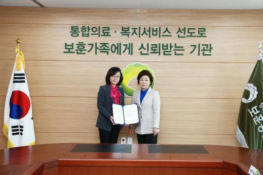 (오른쪽 부터) 김옥이 한국보훈복지의료공단 이사장이 이영옥 보훈교육연구원장에게 임명장을 전달하고 있다. ⓒ한국보훈복지의료공단