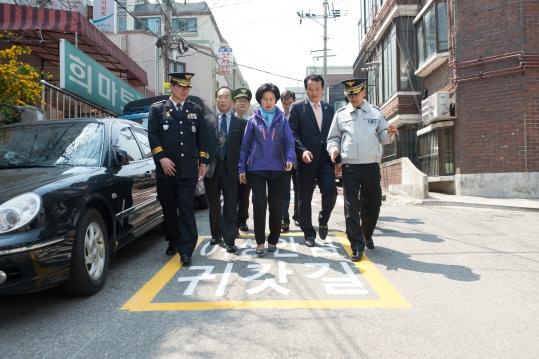 서울 양천구 관계자들이 여성안심귀갓길을 돌아보며 모니터링하고 있다. ⓒ서울 양천구
