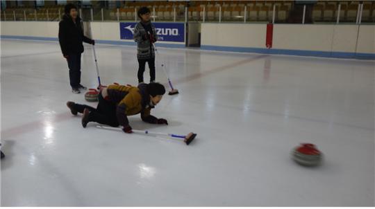 문화올림픽 마스터과정 교육에 참가한 교육생들이 동계올림픽 종목인 컬링을 체험하고 있다. ⓒ한국여성수련원
