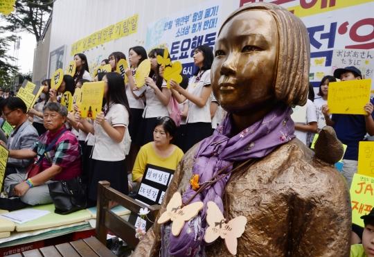 지난해 9월 7일 서울 종로구 주한 일본대사관 앞에서 열린 제1247차 일본군 위안부 문제 해결을 위한 정기 수요집회에서 많은 참가자들이 소녀상을 둘러싸고 소녀상 철거 반대와 일본 정부의 사죄를 촉구하고 있다. ⓒ뉴시스·여성신문